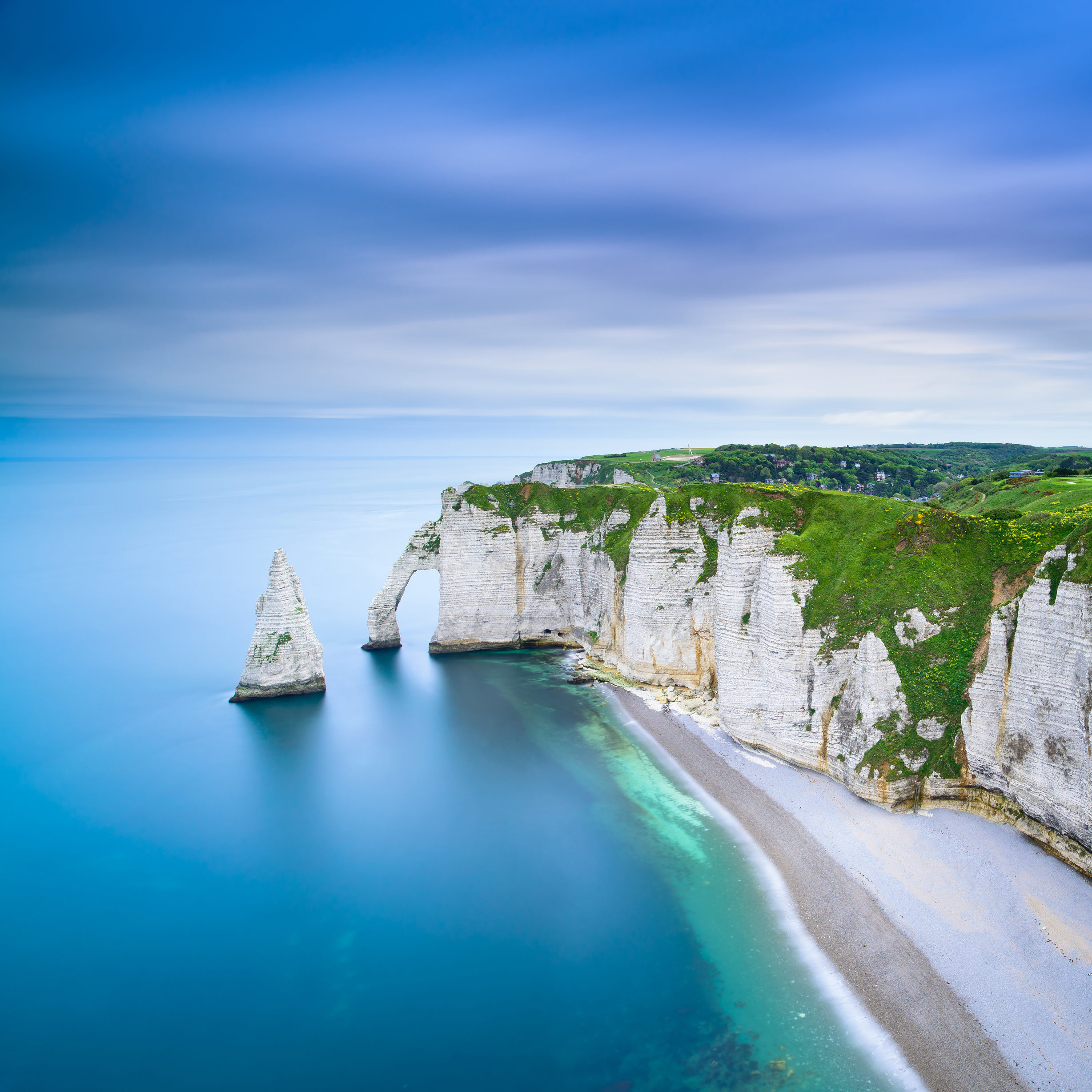 etretat-aval-cliff-and-rocks-landmark-and-ocean-no-PU2PCWT